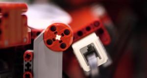 Macchina di Lego costruisce aerei di carta