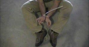 Liberarsi da una fascetta di plastica con il laccio delle scarpe
