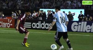 [Video Sport] Messi – Sube la mano y grita gol!