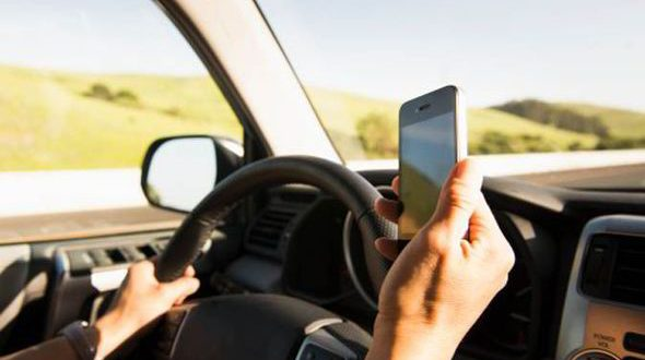 Record di multe e patente sospesa per chi usa il telefono alla guida